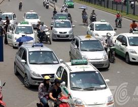 """Hà Nội: Taxi """"dàn trận"""" trước cổng bệnh viện"""