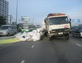 Xe tải vỡ thùng, nhiều tấn hàng rơi xuống đường