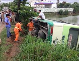 Năm người thoát chết khi xe buýt lao xuống hồ