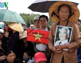 Nhiều đoàn khách đến viếng mộ Đại tướng Võ Nguyên Giáp