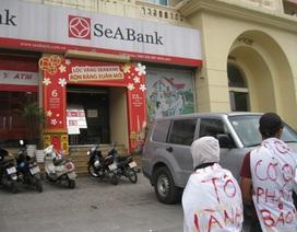 Mặc đồ kỳ quái, tụ tập trước trụ sở SeABank đòi trả sổ đỏ thế chấp