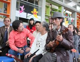 Mở lớp nhạc cho người nghệ sỹ già kéo vĩ cầm trên phố