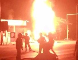 Xe bồn bốc cháy ngùn ngụt trong cây xăng