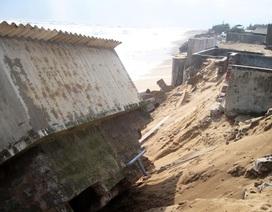 Sóng lớn cao 5m dội bờ, đe dọa hàng chục hộ dân