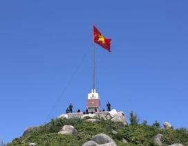 Bình Định: Tặng quà cho ngư dân là thanh niên tiêu biểu xã đảo Nhơn Châu