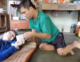 Cảm động chàng trai bị thiểu năng trí tuệ lê lết chăm mẹ ung thư