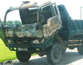 Xe tải cháy rụi đầu khi đang lưu thông
