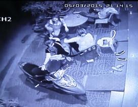 Ngồi hóng mát trước nhà, chủ doanh nghiệp bị tạt axít vào mặt