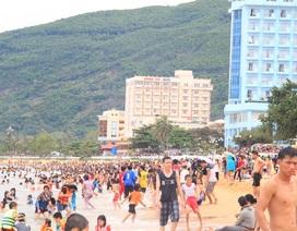 Hàng ngàn người chờ đúng 12 giờ trưa là... ào xuống biển