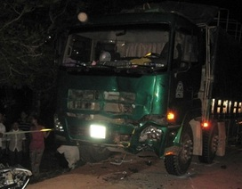 Hai xe máy đấu đầu xe tải, 3 người tử nạn