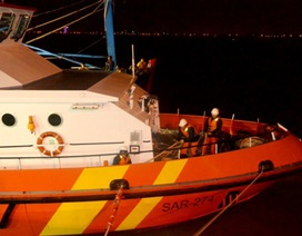 Đưa 12 ngư dân bị nạn trên biển vào bờ an toàn