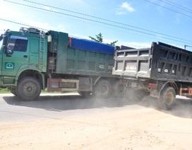 """""""Quá tải"""" bụi và tiếng ồn, dân vác giường ra chặn xe tải"""