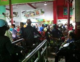 """Hàng trăm khách hàng bị """"giam"""" trong nhà xe siêu thị Big C"""