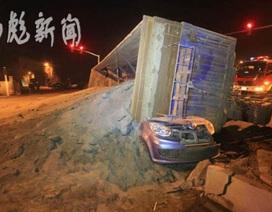 Trung Quốc: Xe tải chở cát đè bẹp xe con, 5 người tử vong