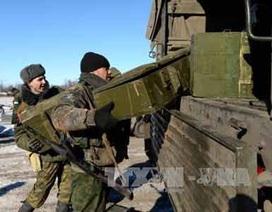 Ukraine: Lực lượng DPR bắt đầu rút vũ khí hạng nặng