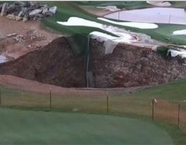 [Video] Hố tử thần rộng 24m bất ngờ xuất hiện trên sân golf