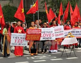 Hơn 500 người Việt tại Đức tuần hành phản đối Trung Quốc