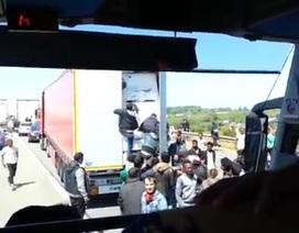 Sốc với cảnh bám xe tải để vượt biên sang Anh