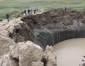 Hố khổng lồ bí ẩn ở Siberia, Nga ngập đầy nước