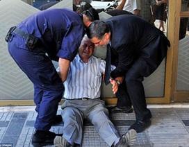 """CEO tài chính cam kết trả lương hưu cho ông lão Hy Lạp """"bật khóc"""""""