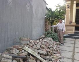 Tranh chấp chưa được giải quyết, nhà dân bị hàng xóm phá đổ tường rào