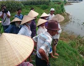 Phú Thọ: Lo sợ mất đất canh tác, hàng chục hộ dân xua đuổi tàu khai thác cát