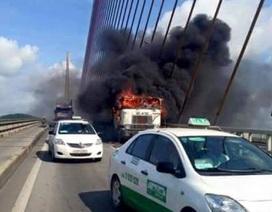 Xe container bốc cháy ngùn ngụt trên cầu Bãi Cháy