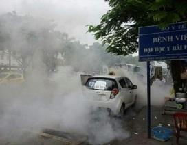 Taxi bất ngờ bốc cháy, cả khu phố náo loạn