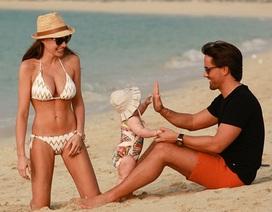 Con gái tỉ phú khoe dáng như người mẫu trên bãi biển
