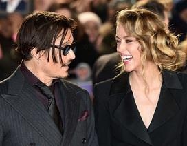 """""""Cướp biển"""" Johnny Depp khó rời mắt khỏi bạn gái trẻ đẹp"""