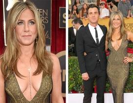 """Jennifer Aniston """"úp mở"""" thân ngọc với váy trễ nải"""