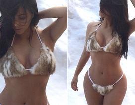 Kim Kardashian diện bikini nhỏ xíu giữa tuyết trắng