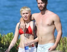 Miley Cyrus và con trai Arnold Schwarzenegger quấn quýt không rời