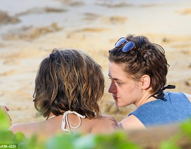 Kristen Stewart tình tứ với người cùng giới