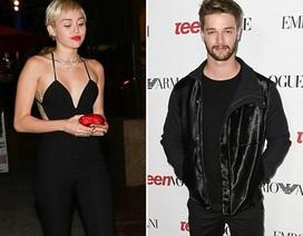 """Fan kêu gọi Miley Cyrus """"đá"""" bạn trai lăng nhăng"""