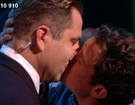 """""""Cướp biển"""" Orlando Bloom gây sốc khi """"khóa môi"""" người cùng giới"""