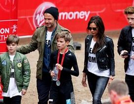 Victoria Beckham diện giày cao 14 cm đi cổ vũ con trai chạy việt dã