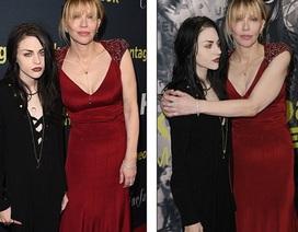 Con gái Kurt Cobain xuất hiện lạnh lùng bên mẹ ruột