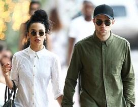 """""""Ma cà rồng"""" Robert Pattinson lộ diện sau tin đã đính hôn"""