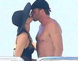 """Paris Hilton """"khóa môi"""" say đắm tỉ phú Thụy Sỹ"""