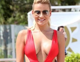 Người đẹp Anh khoe vòng một đầy đặn với áo tắm đỏ