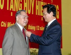 Nguyên Thủ tướng Phan Văn Khải nhận huy hiệu 55 năm tuổi Đảng