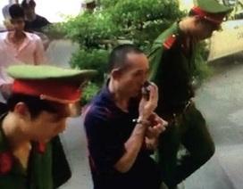 """Hà Nội: Nắng như đổ lửa, bị cáo bị """"phơi"""" trước sân toà đợi hội đồng xét xử"""