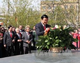 Chủ tịch nước Trương Tấn Sang đặt hoa bên Tượng đài Bác tại Nga