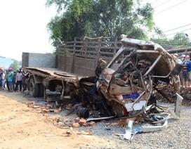 Hai xe ô tô đấu đầu kinh hoàng, 6 người thiệt mạng