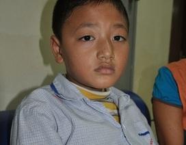 Đắng lòng bé 9 tuổi đi gom rác kiếm tiền chữa bệnh