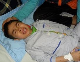 Ngặt nghèo cảnh hai bố con chăm nhau nơi bệnh viện