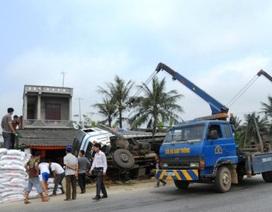 Tránh xe khách, xe tải đổ vào nhà dân