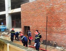 Cháy tòa nhà đang xây, hàng trăm người hoảng loạn