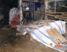 Mái hiên nhà đổ sập, đè chết 2 công nhân